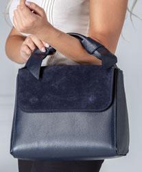 Geanta bleumarin din piele naturala cu aplicatii la maner